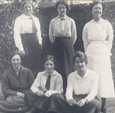 Ellen Delf-Smith (top middle) with students, including Pao Swen Tseng (top right), 1914.